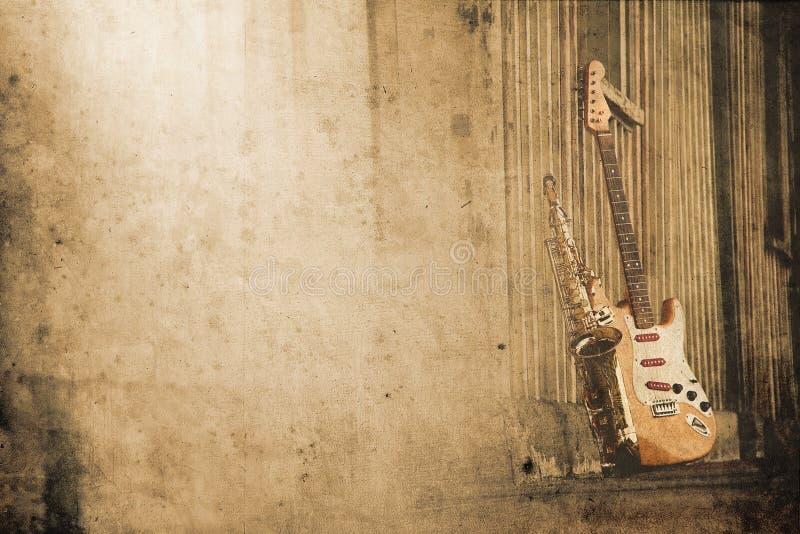 Vieux saxo sale avec la guitare électrique images libres de droits
