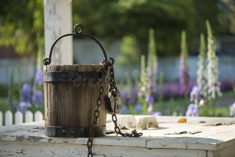 Vieux seau d'eau se reposant sur le puits d'eau à Williamsburg la Virginie image libre de droits
