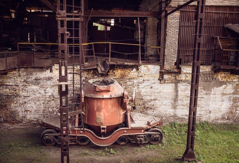 Vieux seaux en acier pour transporter le fer fondu dans l'atelier de haut fourneau image libre de droits