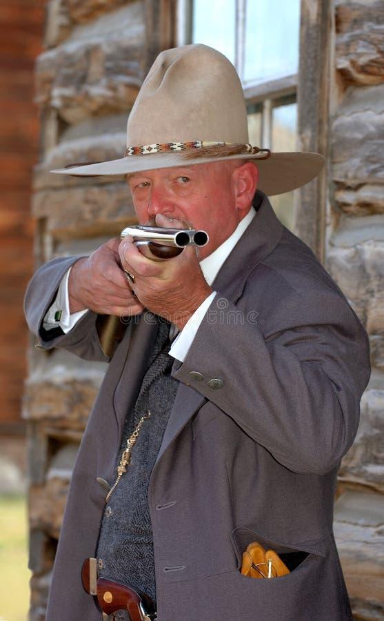 Vieux shérif occidental orientant le fusil images libres de droits