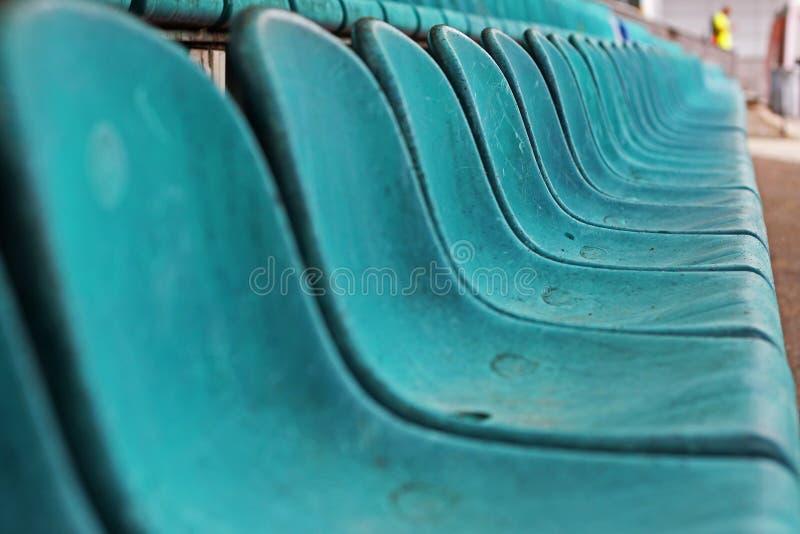 Vieux siège en plastique dans le stade, fond photographie stock
