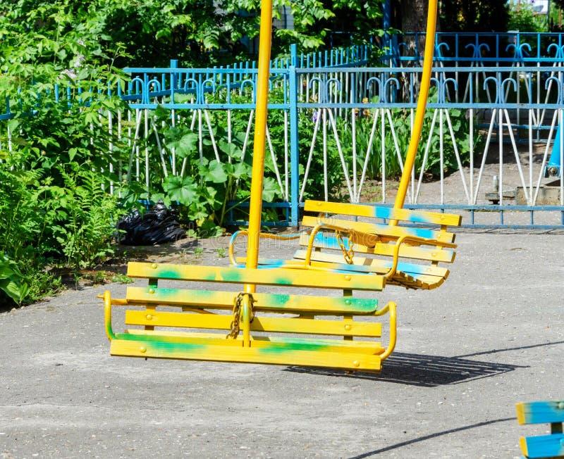 Vieux sièges en bois d'une fin de carrousel  image libre de droits