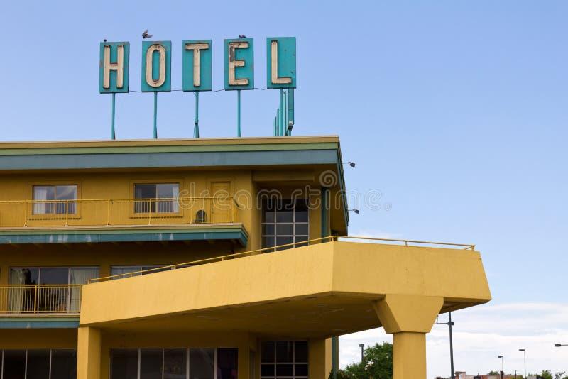 Vieux signe d'hôtel au-dessus de motel d'omnibus photographie stock