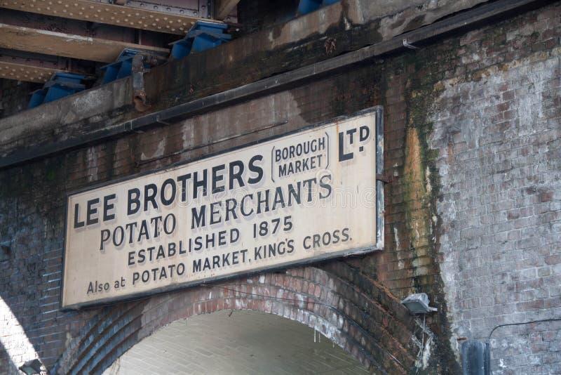 Vieux signe de Lee Brothers sur le marché de ville images libres de droits
