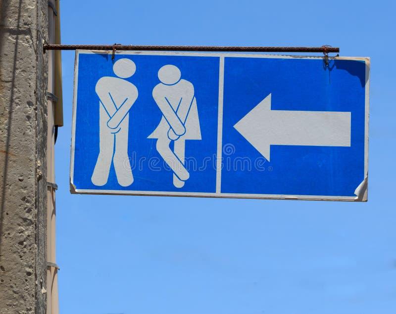 Vieux signe des toilettes de carte de travail de toilettes publiques photos stock