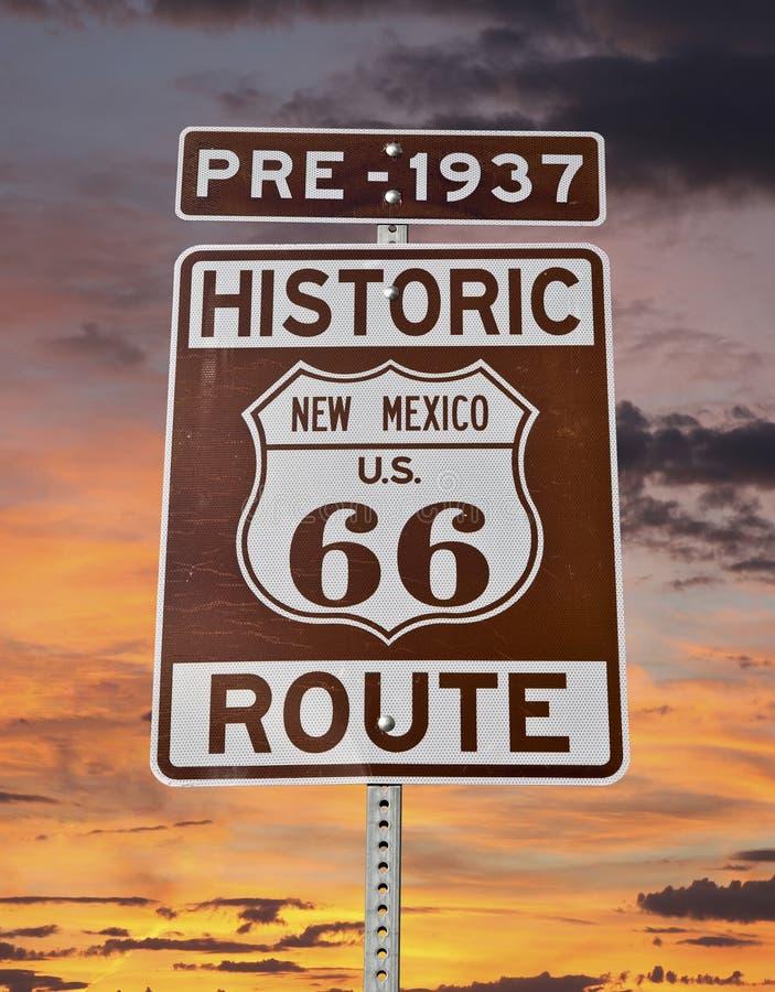 Vieux signe du Nouveau Mexique de l'itinéraire 66 avec le ciel de lever de soleil images stock