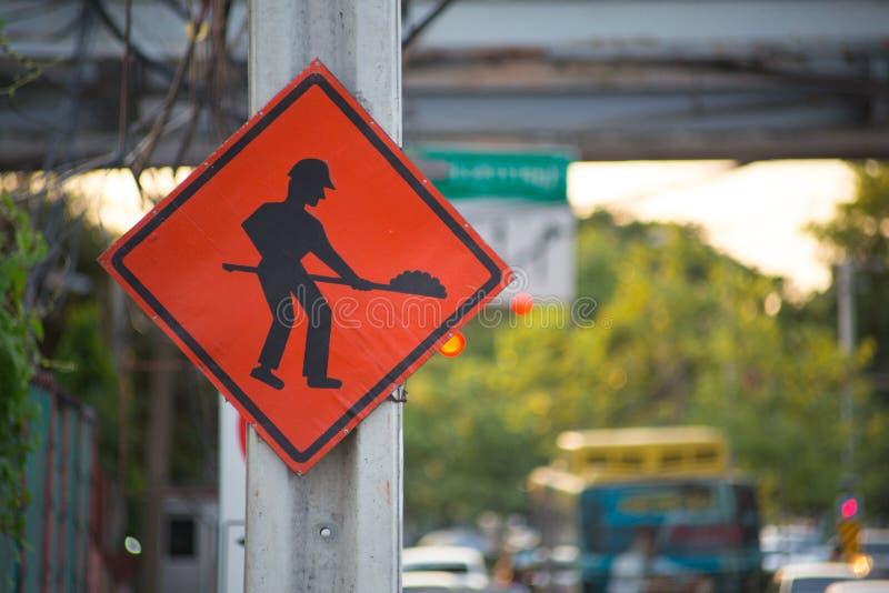 Vieux signe en construction images stock