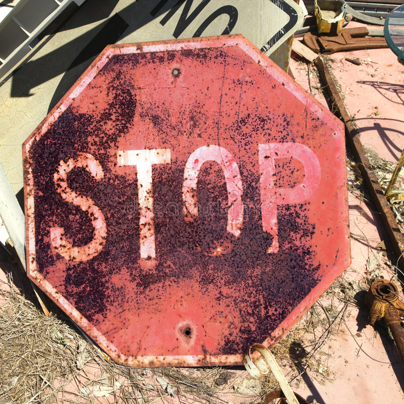Vieux signe rouillé d'arrêt image libre de droits