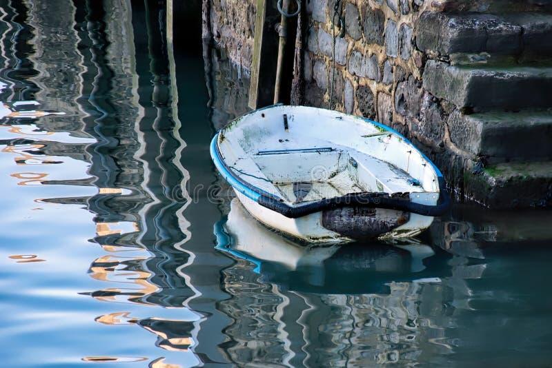 Vieux skiff aux étapes de port photos libres de droits
