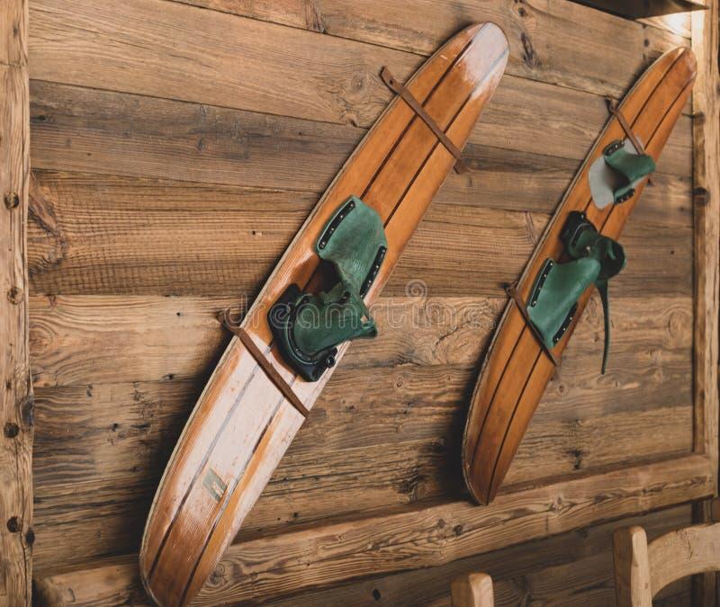 Vieux skis en bois sur un mur comme décoration photo stock