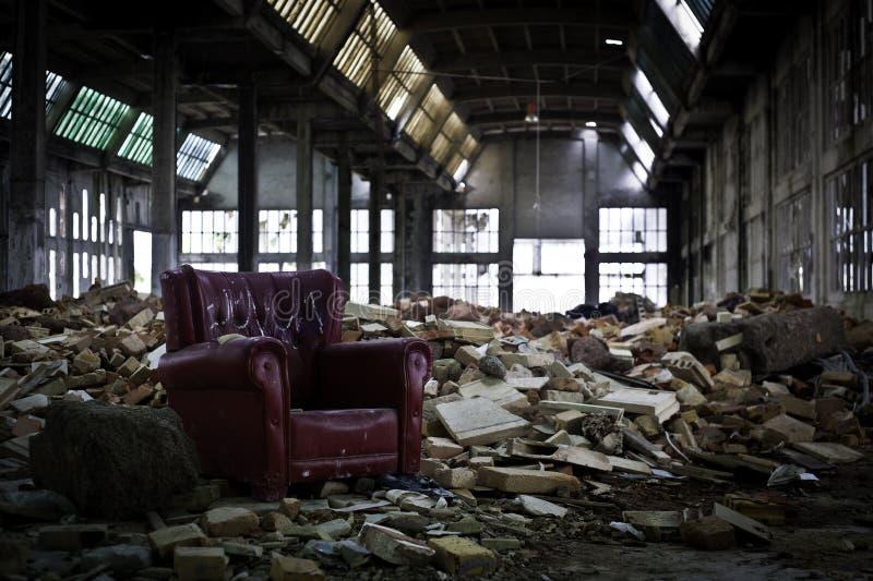 Vieux sofa dans l'industrie abandonnée images libres de droits