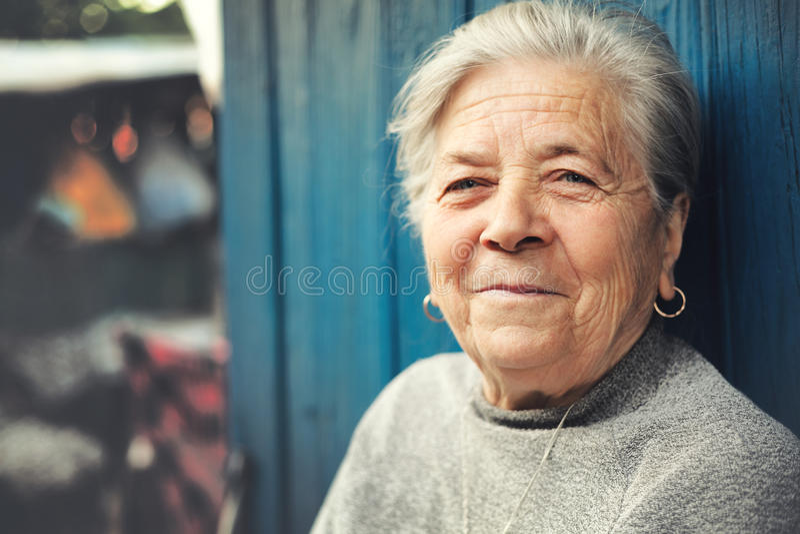 Vieux sourire supérieur heureux de femme extérieur image stock