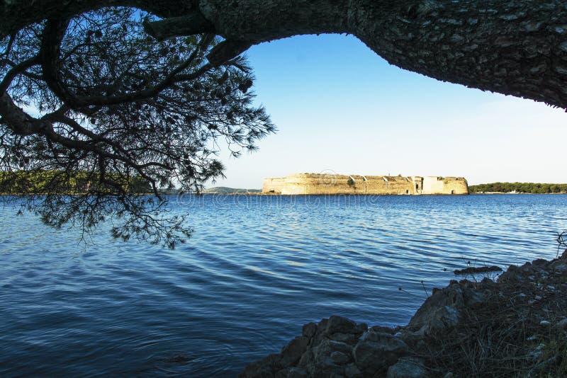 Vieux St Nicholas Fortress au-dessus de l'arbre au-dessus du son devant l'entrée t à la baie de Shibenik, Croatie image libre de droits