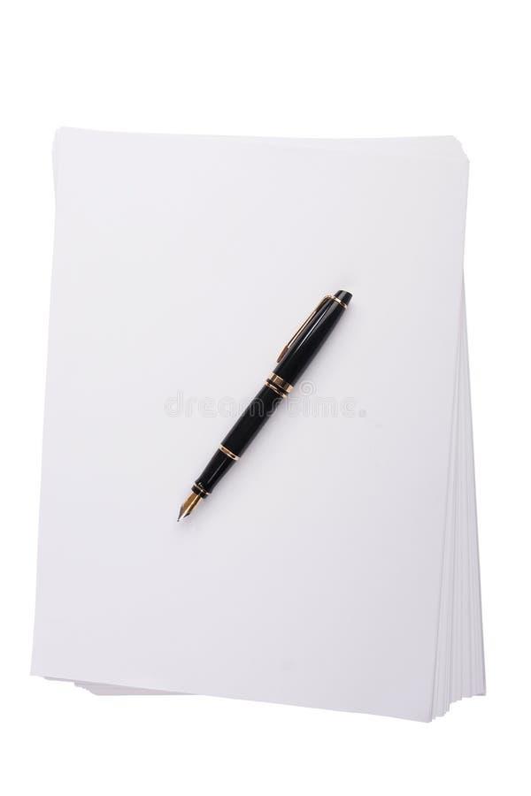 Vieux stylo-plume se trouvant sur une pile de papier photographie stock libre de droits