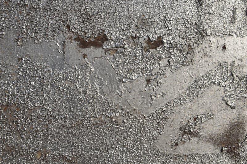 Vieux superficiel par les agents a fendu ?pluchant la peinture argent?e peinte ? l'a?rosol de graffiti photographie stock