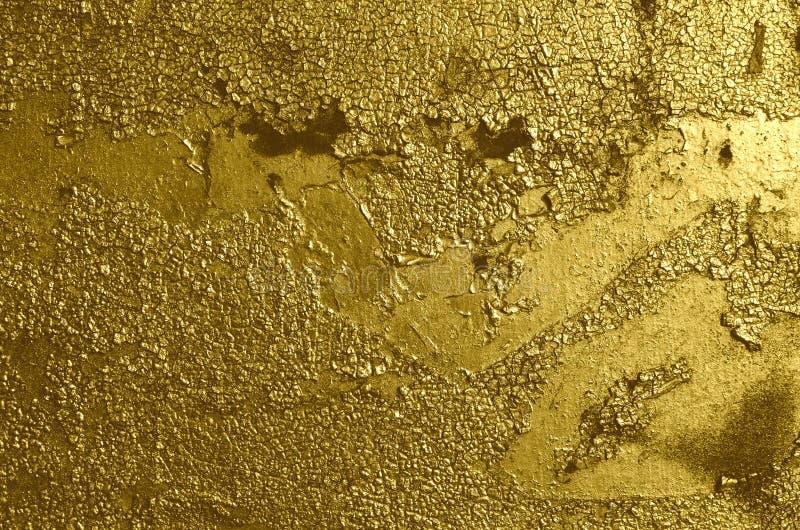 Vieux superficiel par les agents a fendu ?pluchant la peinture d'or peinte ? l'a?rosol de graffiti image libre de droits