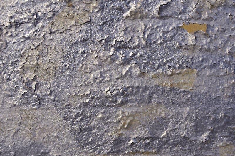 Vieux superficiel par les agents a fendu épluchant la peinture peinte à l'aérosol brillante de graffiti photo libre de droits
