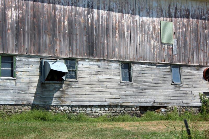 Vieux, superficiel par les agents mur extérieur gris de grange de laiterie vu dans la campagne rurale images libres de droits