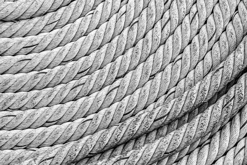Vieux superficiel par les agents tress? gris de corde ?paisse pli? dans des lignes conception marine basse rigide d'un parall?le  photo stock