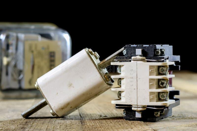 Vieux supports en céramique de fusible Vieux accessoires électriques Étiquette en bois images stock