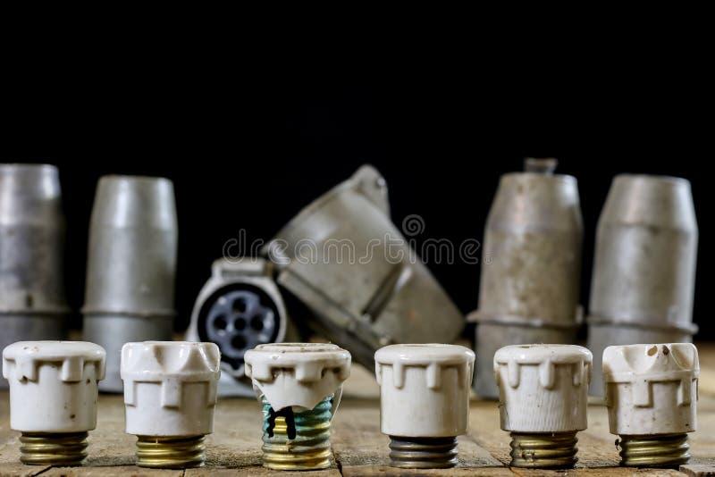 Vieux supports en céramique de fusible Vieux accessoires électriques Étiquette en bois image stock