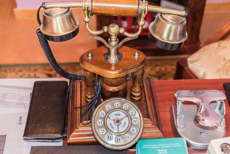 Vieux téléphone en bois sur le bureau images stock