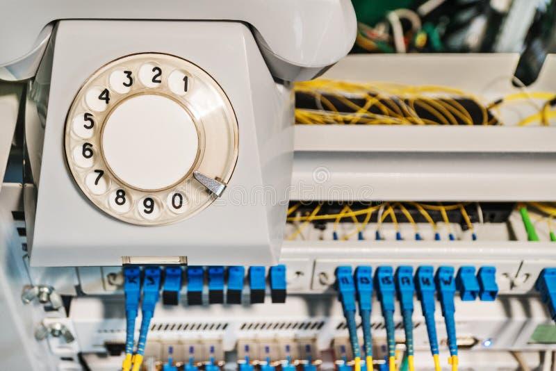 Vieux téléphone sur un support avec des routeurs image stock