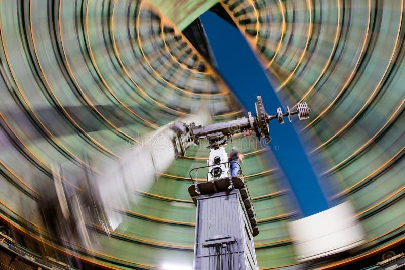 Vieux télescope étant pris position photographie stock