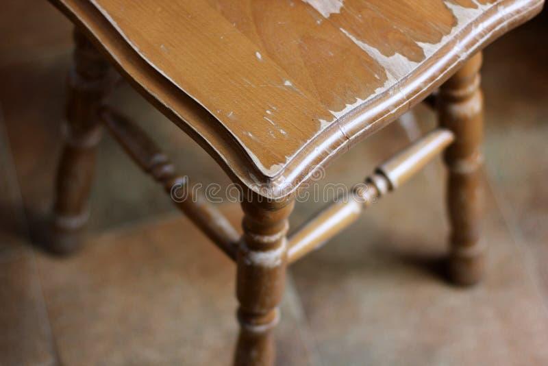 Vieux tabouret en bois E images stock