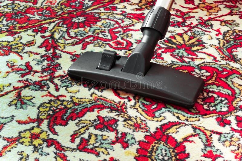 Vieux tapis sale de nettoyage avec un bec d'universel d'aspirateur image stock