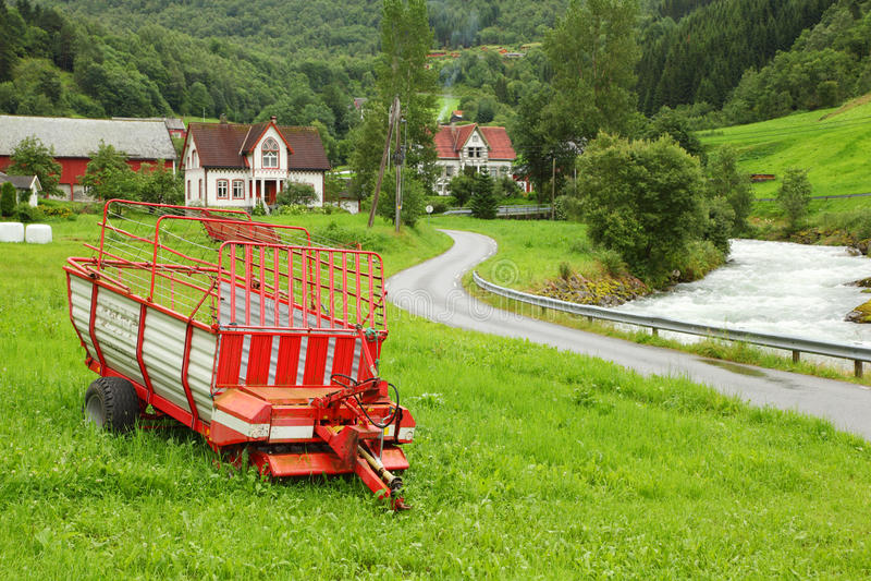 Vieux telega rouge près de route au village parmi des arbres photos libres de droits