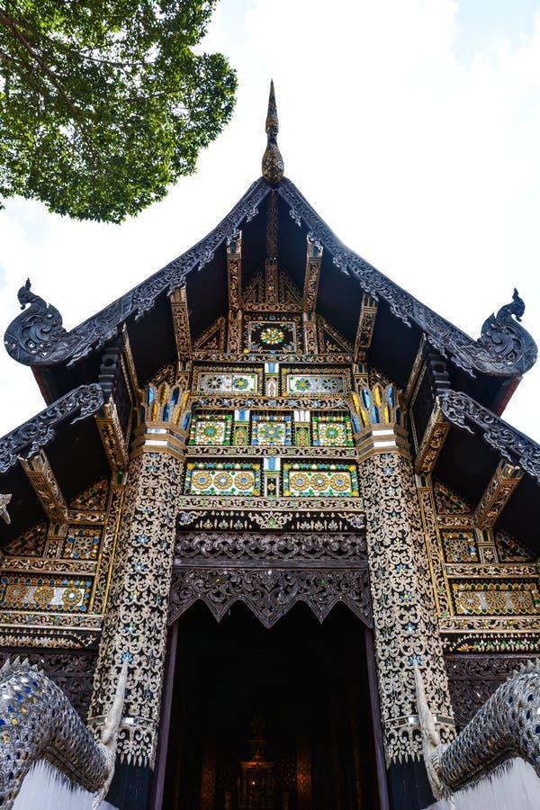 Vieux temple de découpage en bois, décoratif par la mosaïque en verre, Thaïlande image libre de droits