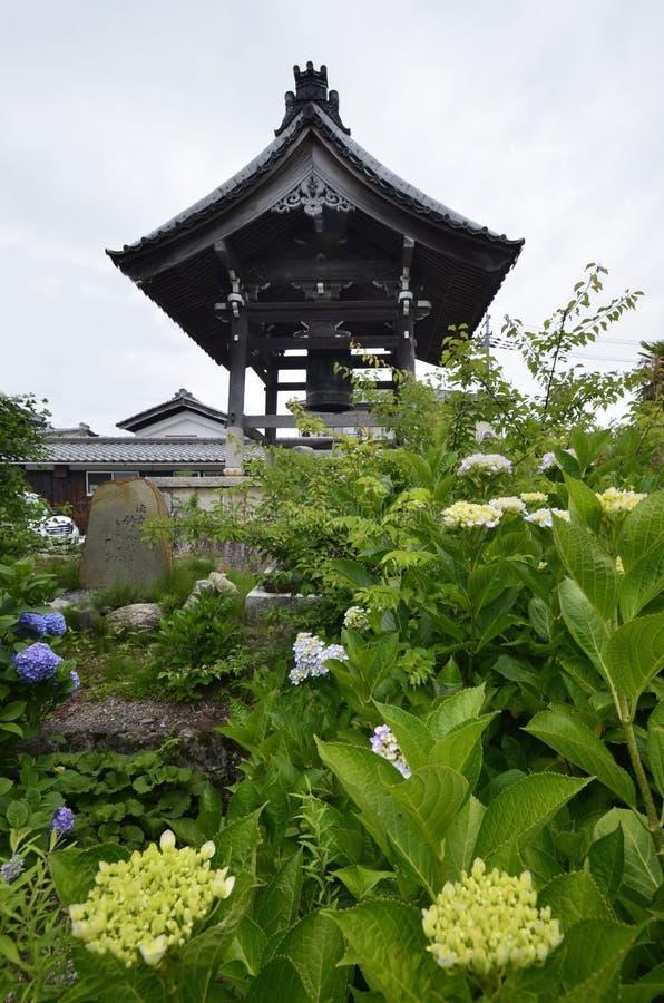 Vieux temple et hortensia japonais image libre de droits