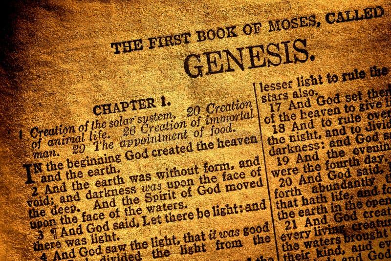 Vieux texte antique de chapitre de genèse de livre de bible sainte images stock