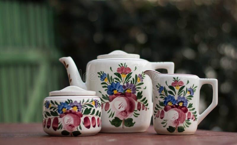 Vieux théière et ensemble sur la scène européenne rurale de table de jardin photographie stock