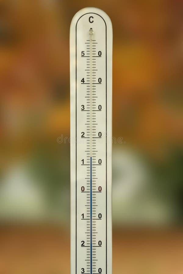 Vieux thermomètre avec le mercure dans le tube de verre image libre de droits