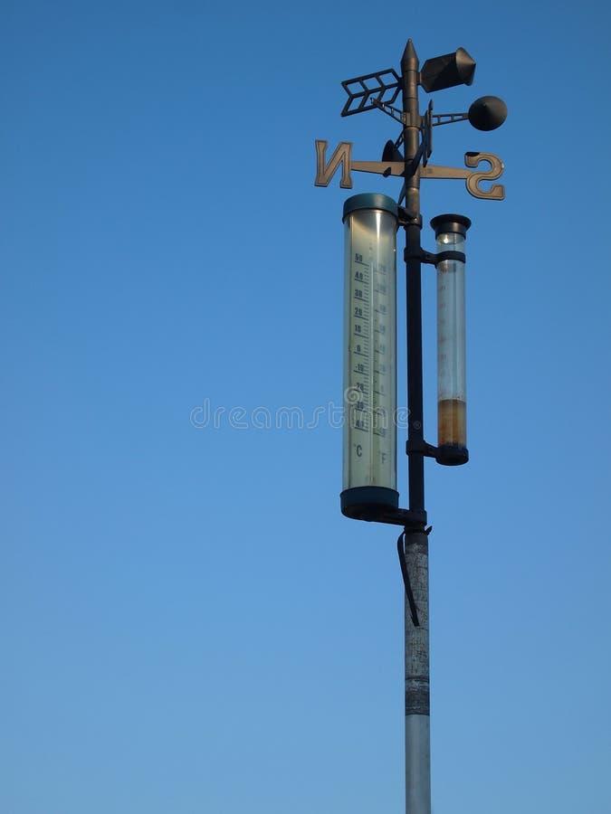 Vieux thermomètre contre le ciel bleu images libres de droits