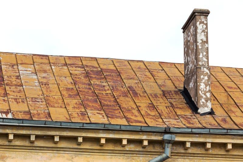 Vieux toit avec la cheminée image libre de droits