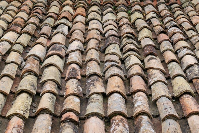 Vieux toit de tuiles rouges Fond de vue supérieure de plan rapproché photographie stock