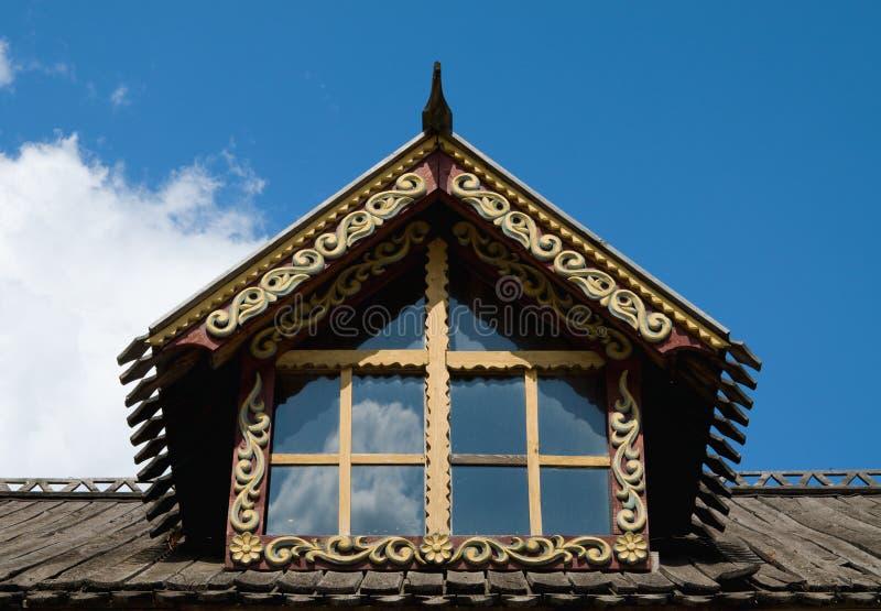 Vieux toit en bois de maison image stock