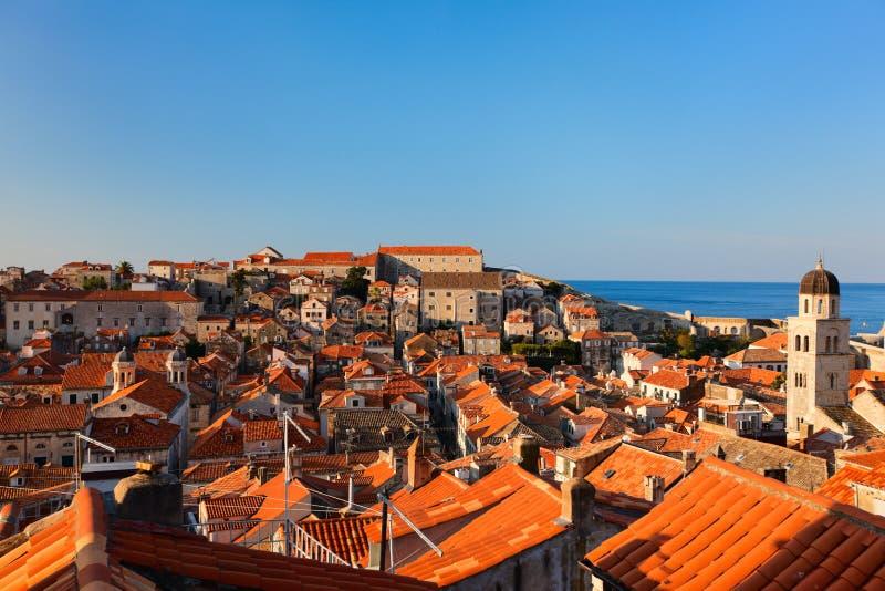 Vieux toits de rouge de ville de Dubrovnik photo stock