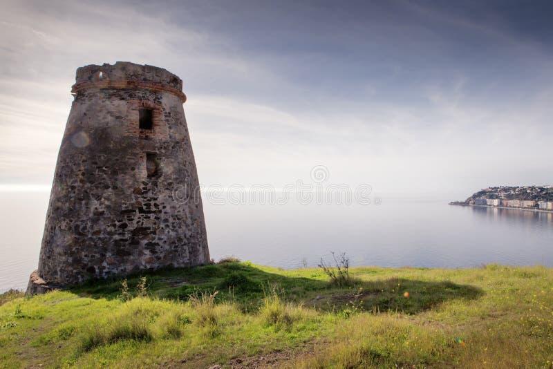 Vieux tour de guet en pierre en Espagne almunecar image libre de droits