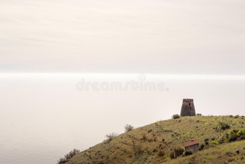 Vieux tour de guet en pierre en Espagne almunecar photos libres de droits