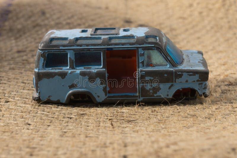 Vieux Toy Minibus bleu cassé photos libres de droits