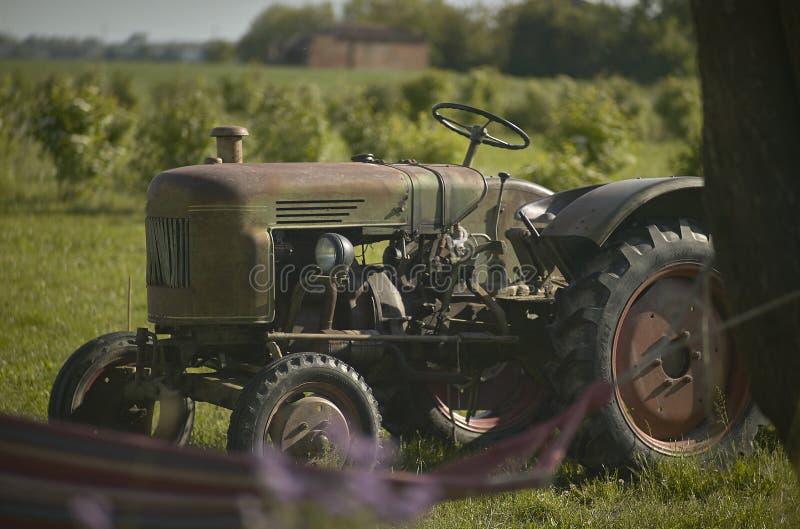 Vieux tracteur agricole rouillé et ruiné image libre de droits