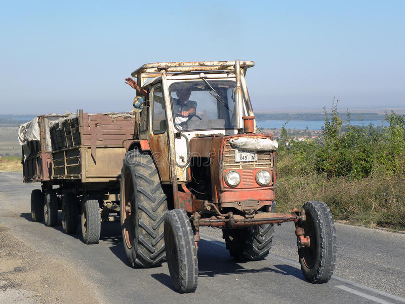 Vieux tracteur battu image stock