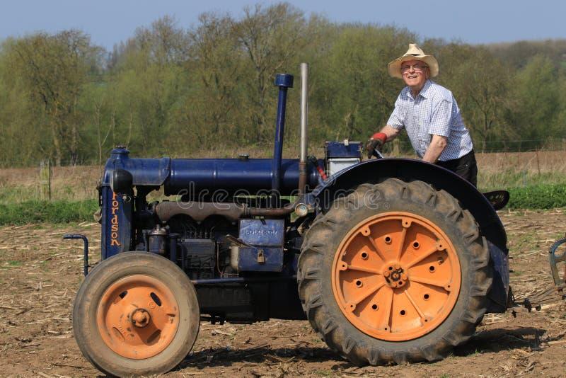 Vieux tracteur bleu de commandant de fordson au match de labourage photo libre de droits