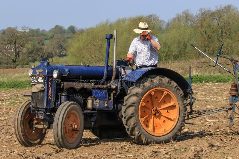 Vieux tracteur bleu de commandant de fordson au match de labourage photo stock