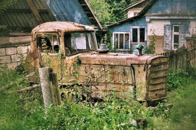 Vieux tracteur dépisté abandonné en Russie image stock