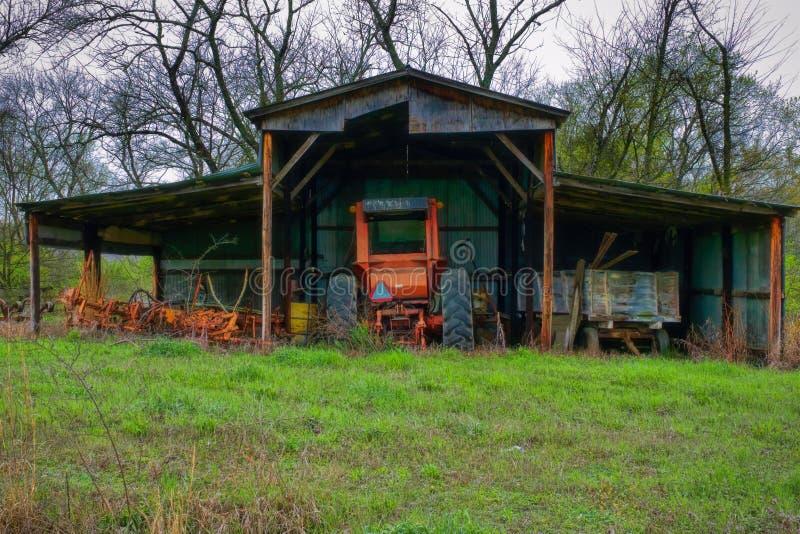 Vieux tracteur dans la vieille grange image libre de droits